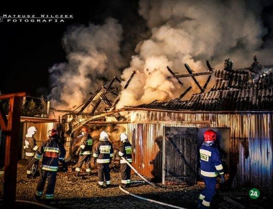 Grzechynia: Duży pożar przed świtem. Z ogniem walczyło 40 strażaków! – ZDJĘCIA