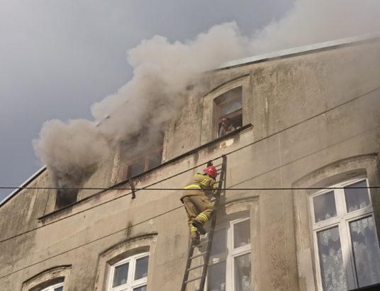 Pilne! Pożar mieszkania. Strażacy uratowali kobietę i dzieci
