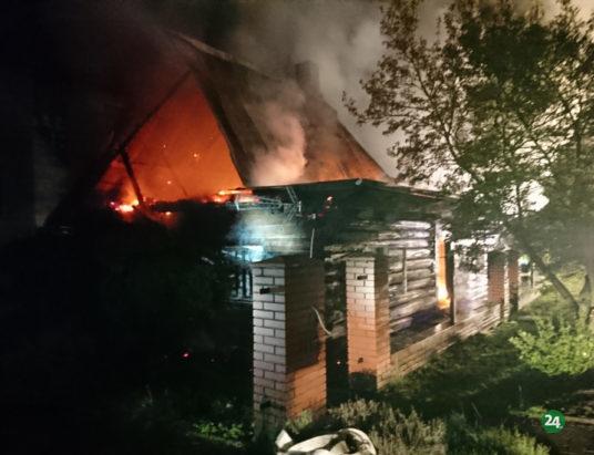 Pożar wiekowego budynku w Janowicach (zdjęcia i wideo)