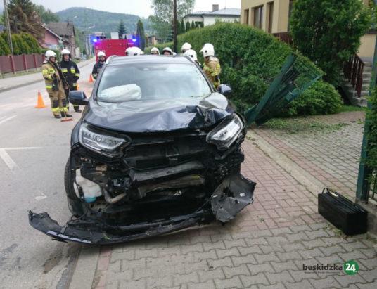 Wilkowice: Skosił autem płot – ZDJĘCIA