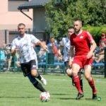 Szymon Płoszaj z piłką w pojedynku z obrońcami LKS Pogórze