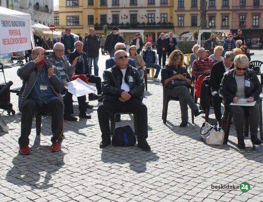 Alarm graniczny trwa. Protest byłych mundurowych w Cieszynie – ZDJĘCIA