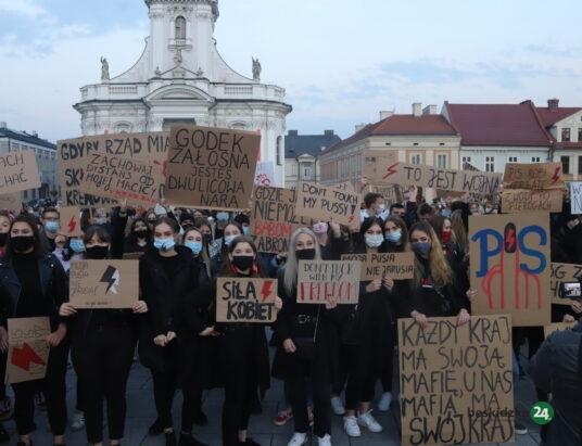 Strajk Kobiet w Wadowicach. Przemówienia, okrzyki i skandowane hasła – ZDJĘCIA