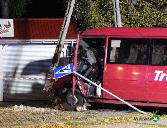 Zderzenie busa z samochodem w centrum Lipowej (aktualizacja) – ZDJĘCIA
