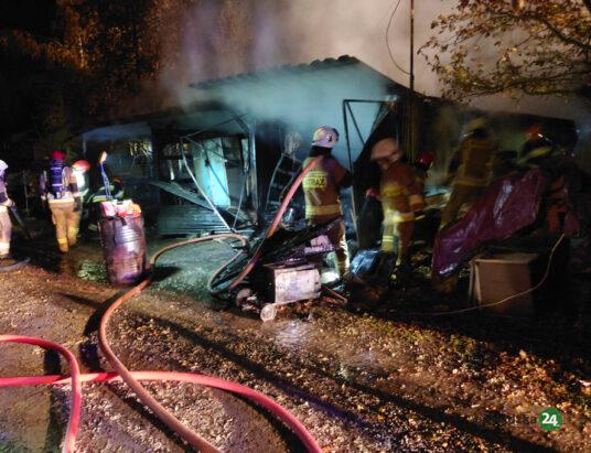 Pisarzowice: pożar garażu i wiaty. Spłonęło dużo narzędzi – ZDJĘCIA